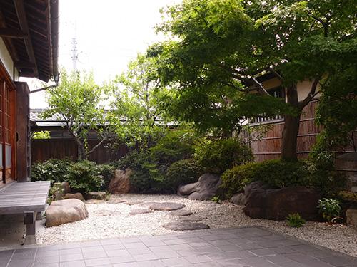 中庭に作る純和風庭園。落ち着いた趣で憩いの空間を造りだします。