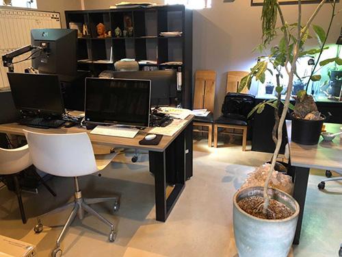 設計事務所はハイスペックPCでデータ管理をしています。満足の行く打ち合わせができるスペースです。