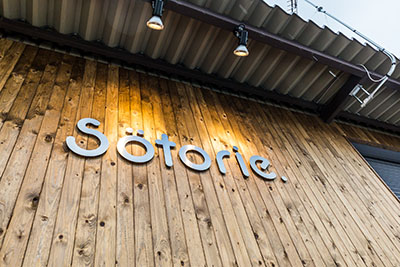 ソトリエ大阪堺店は板張りの外観が目印です。
