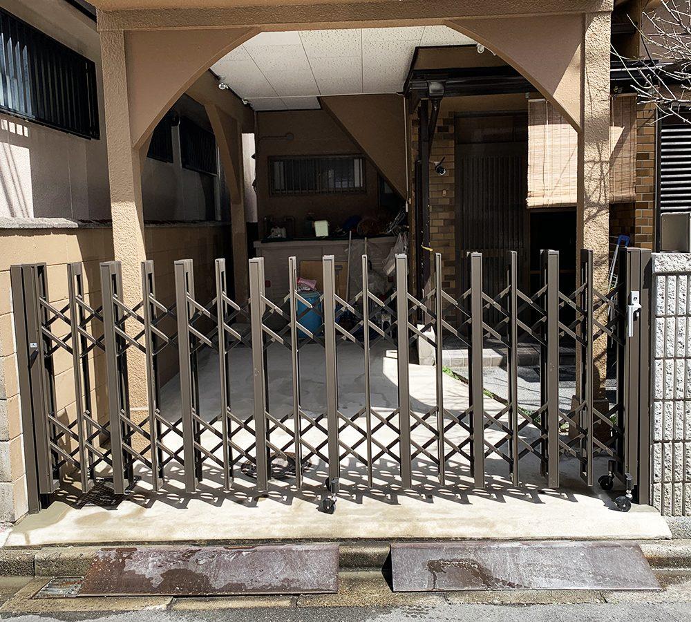 リクシルのアルシャインは洗練されたデザイン性と安定性が魅力の伸縮ゲート門扉です。